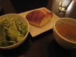 セットのサラダ、スープ、パン